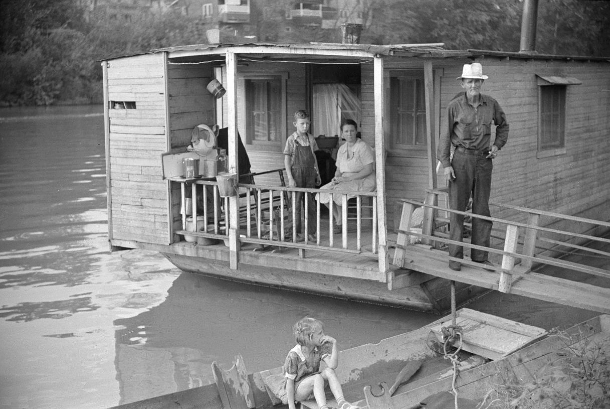 Shantyboat_Wolcott_Sept1938_SonMaPaDaughter30percent